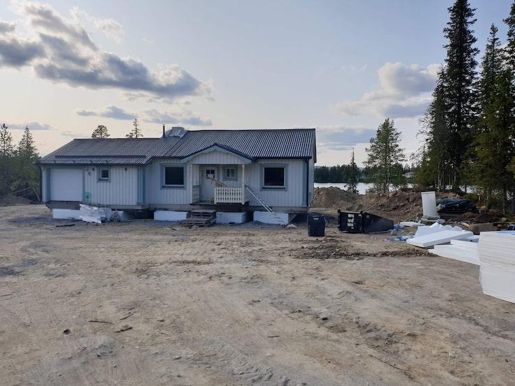 Huset står nu på tomten i Tjautjas, som tidigare kallats Tjaktjajaure (Höstsjön på samiska).