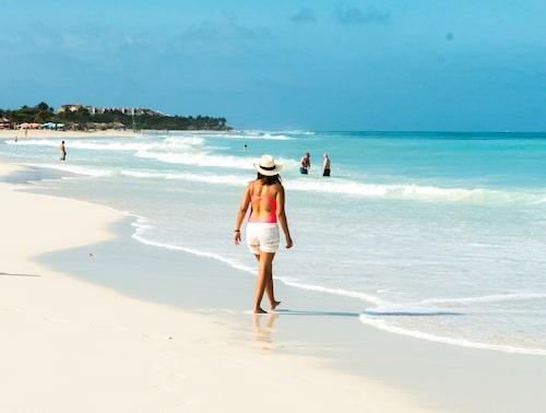 Härlig långsträckt strand på Palm Beach med vit och mjuk korallsand.