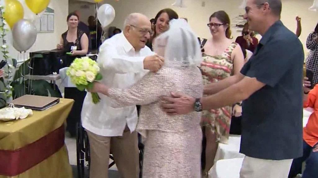"""<p>Paret var uppklädd i vitt när de sa """"ja"""" till varandra.</p>"""