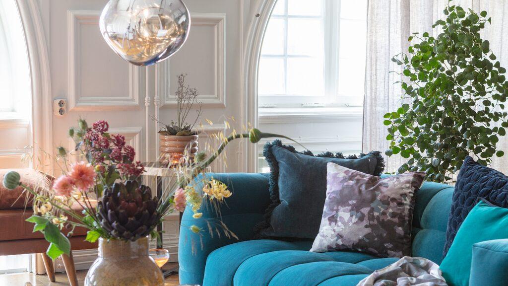 Kuddar, textilier och snittblommor kan lyfta mysfaktorn i hemmet.