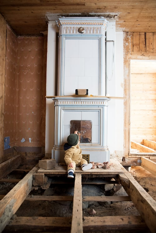 Kakelugnen före renoveringen – och en liten Wera...