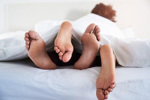 Glöm inte att kramas eller ge varandra massage när ni ska sova, det utsöndrar också oxytocin och melatonin.