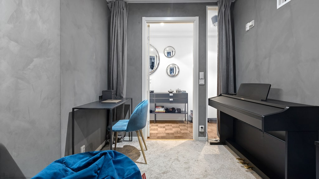 Sovrum som används som hobbyrum.