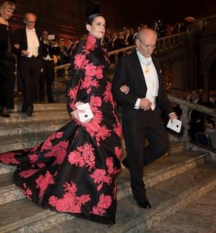 """897e99d44f81 Sara Danius bar en klänning av Pär Engsheden år 2015, här med Stefan  Ingves. Foto: DAVID SICA / STELLA PICTURES. """""""