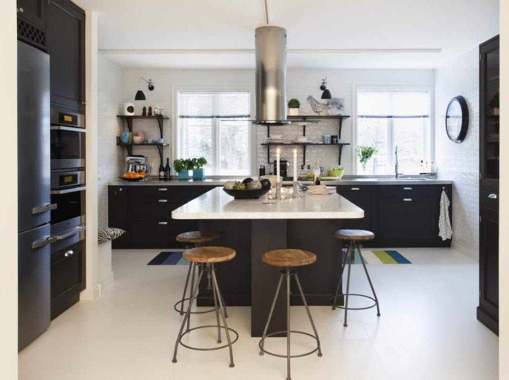 Lotta är köksarkitekt och har själv ritat sitt kök från Kungsäter kök med luckor i svart. Köksön är perfekt för häng vid middagar. Bänkens arbetsyta är klädd med ljus, matt carraramarmor.