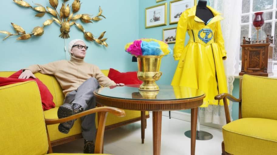 Lampan i guld är en favorit – och gör sig fint mot den ljust turkosa väggen. Peters scenkläder till sommarens dansbandssatsning får ingå i inredningen när den inte används.
