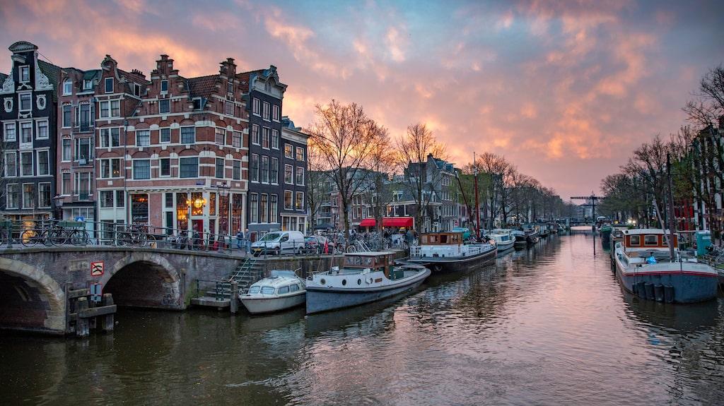 Amsterdam har över hundra kilometer kanaler som skär genom stadskärnan.
