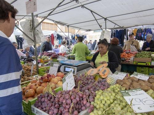 På lördagar finns det stånd både inne och ute vid Mercado Pere Garau.