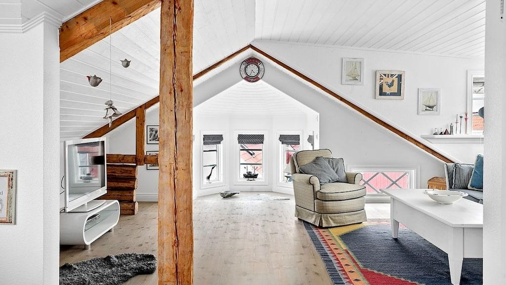 På ovanvåningen finns två rum och båda har synliga takbjälkar.