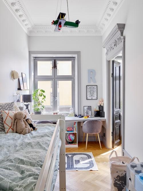 Ralphs rum ska vara funktionellt för en 5 åring. Det platsbyggda skrivbordet rymmer både honom och en kompis som kan bygga lego eller rita.