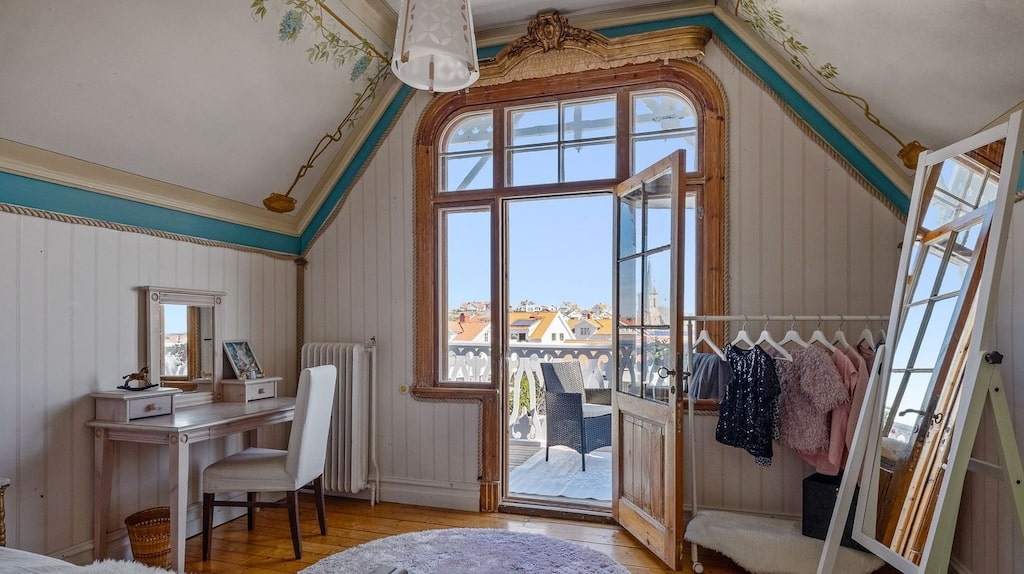 Från detta sovrum tar man sig genom de gamla, vackra dörrarna ut till balkongen med uppsikt över torget och inloppet av hamnen. Här finns också en gammal takmålning.