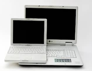 Två datorer från förr. Hur stor dator vill du ha  Tänk på att det är oftast  dyrare att klämma in saker i ett litet skal. Foto  DANIEL SIDENBLADH 29dc28b75380d