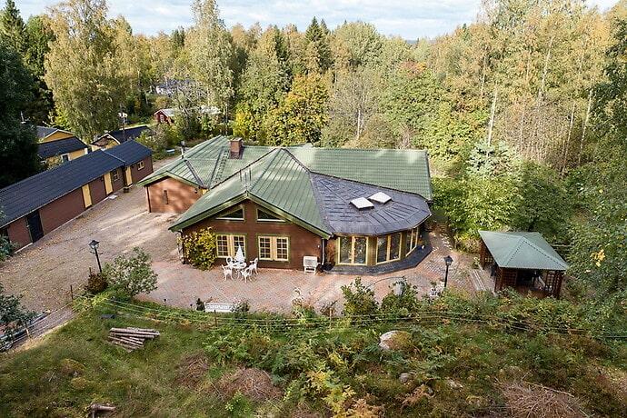 Villan ligger 40 minuter väster om Örebro, mellan Degerfors och Karlskoga.