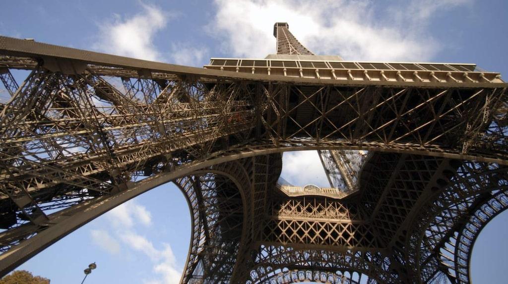 Med sitt läge på tredje våningen i tornet - 285 meter över mark - har lägenheten förstås praktfulla vyer över centrala Paris.