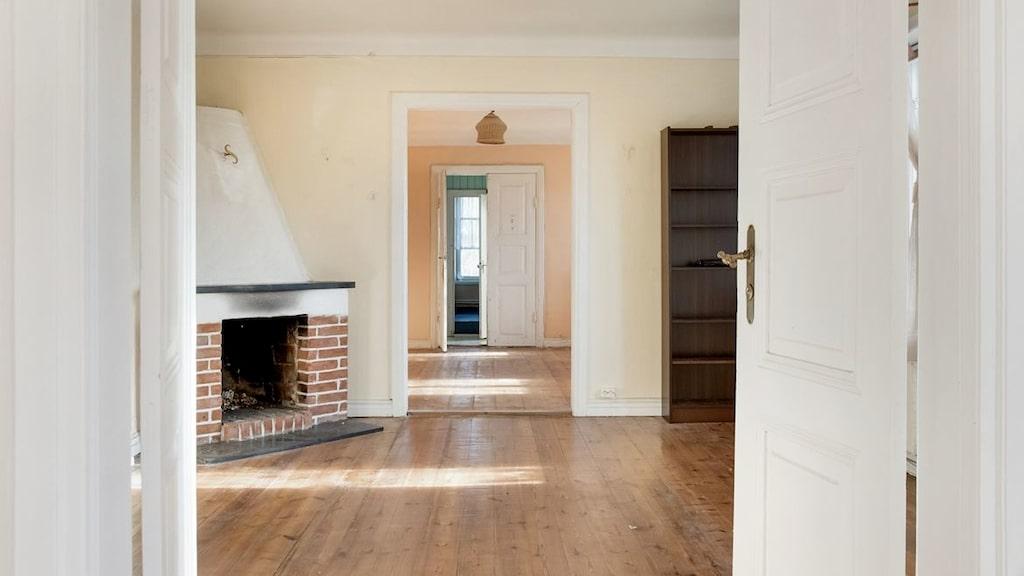Huset är på ungefär 400 kvadratmeter och har en tomt på nästan 5 000 kvadratmeter.