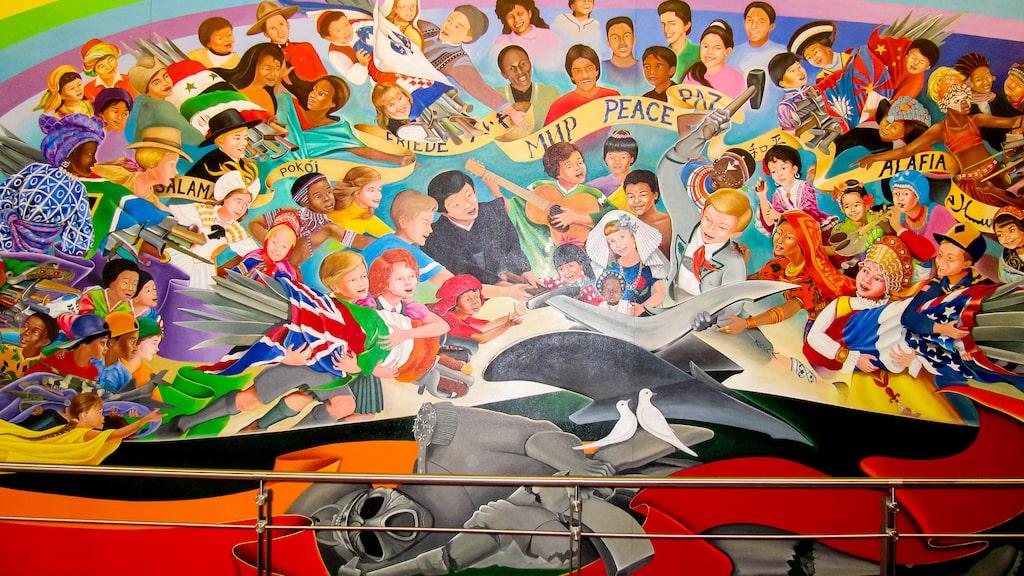 Även flygplatsens många målningar förbryllar besökare. Några har varit så kontroversiella att de tagits bort.
