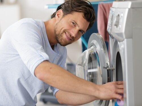 Även tvättmaskinen måste tvättas. Du kan enkelt göra ren den med antingen ättika eller bikarbonat eller askorbinsyra, citronsyra och maskindiskmedel.