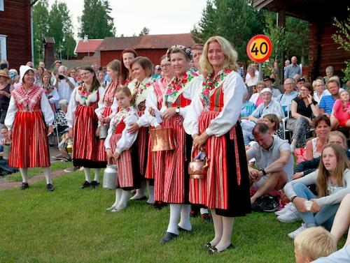Kvinnor i folkdräkter under midsommarfirandet i Södra Rälta.