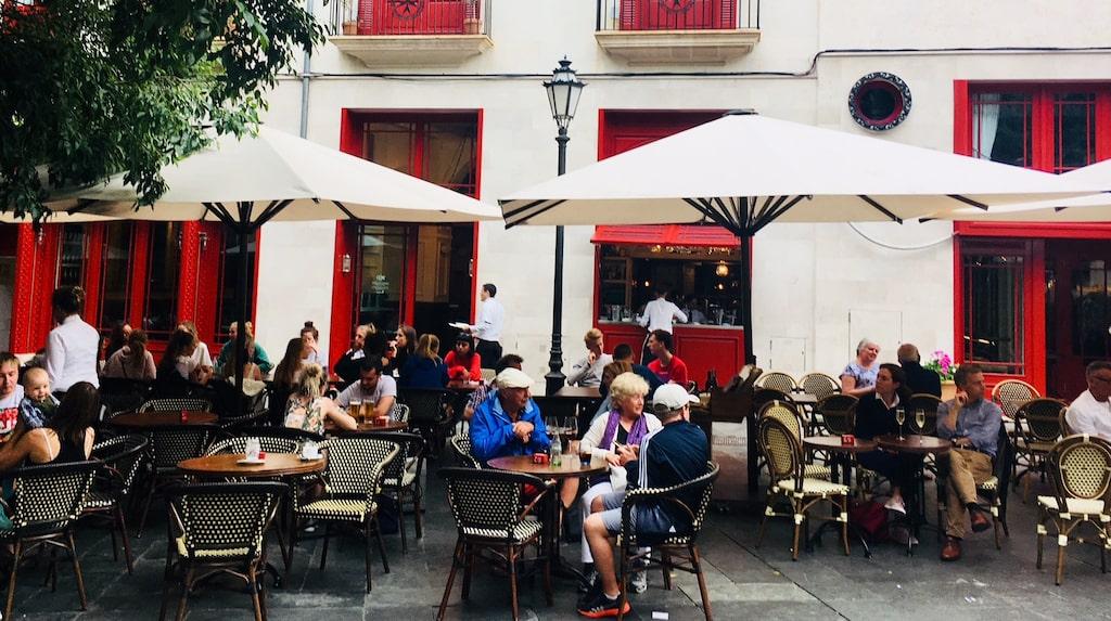 På Hotel Corts uteservering på charmiga torget Plaza de Cort samlas lokalbor och turister.