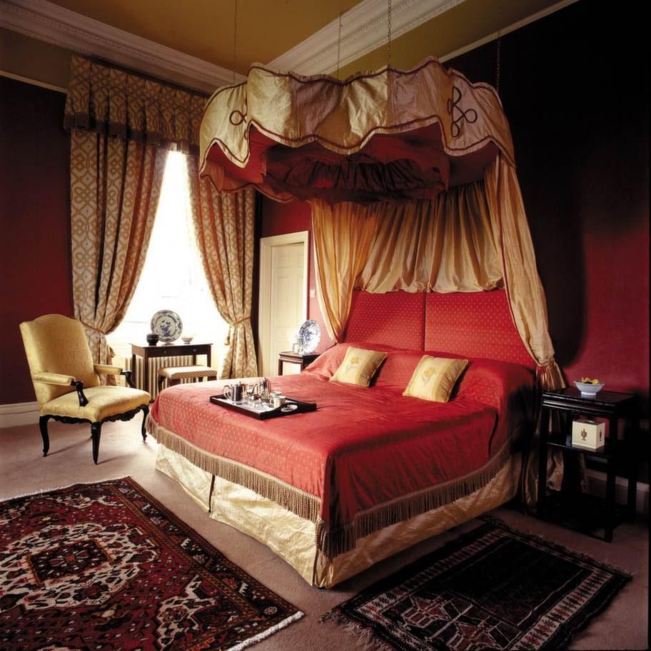 Romantiskt inredda rum med ekmöbler och sänghimlar i siden.