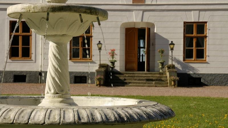 Pampiga fontäner pryder husets framsida.