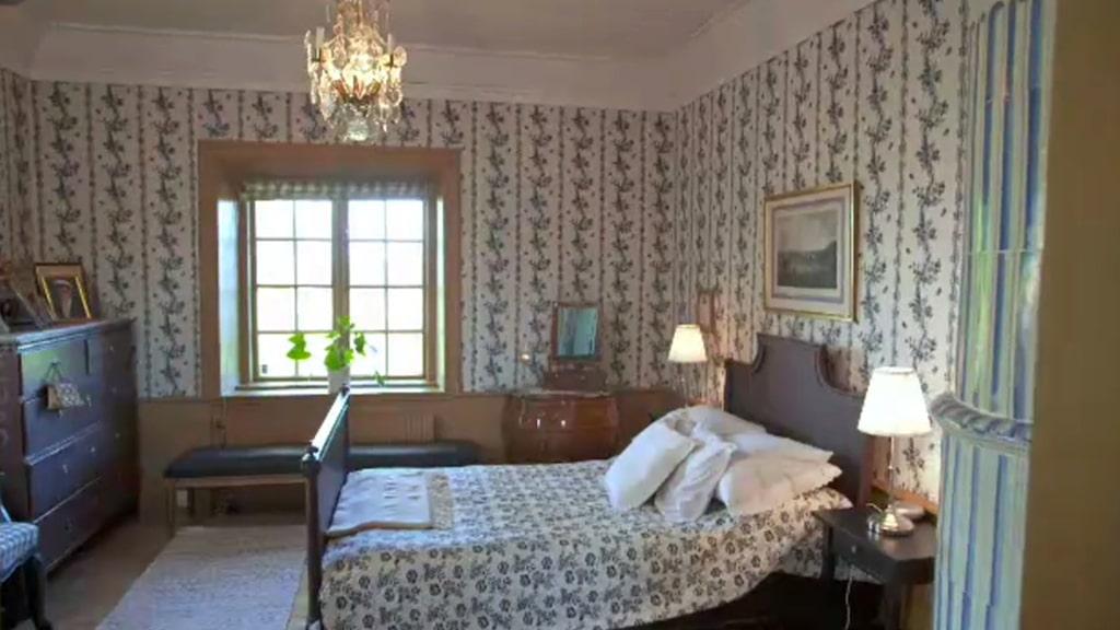 Sovrummet har, liksom alla andra rum, egen kakelugn.