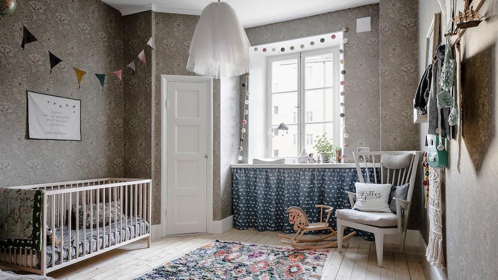 Det andra sovrummet är i dag ett barnrum med tapeter i William Morris-mönster. Tidigare fanns köket i rummet och ursprungsskafferierna fungerar i dag som förvaringsutrymme för kläder och leksaker.