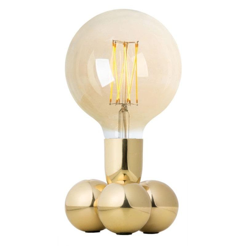 I botten finns tre tunga mässingsklot, och lampan kan byta skepnad och varieras genom att man väljer olika ljuskällor.