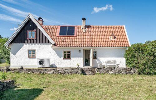 Kalkstenshuset ligger drygt en mil söder om Slite på Gotlands östra kust.