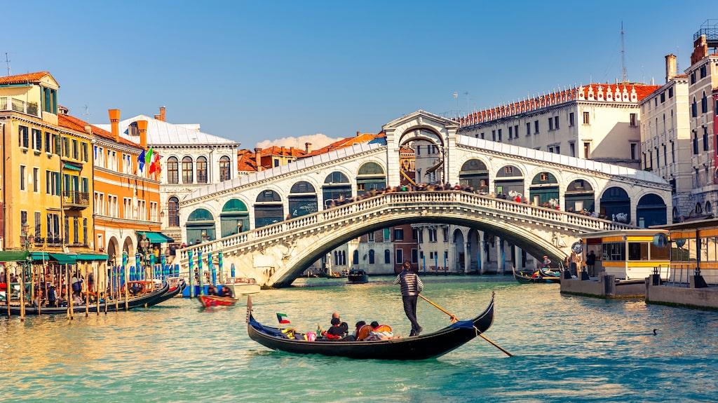 Venedig lockar cirka 60 000 turister varje dag.