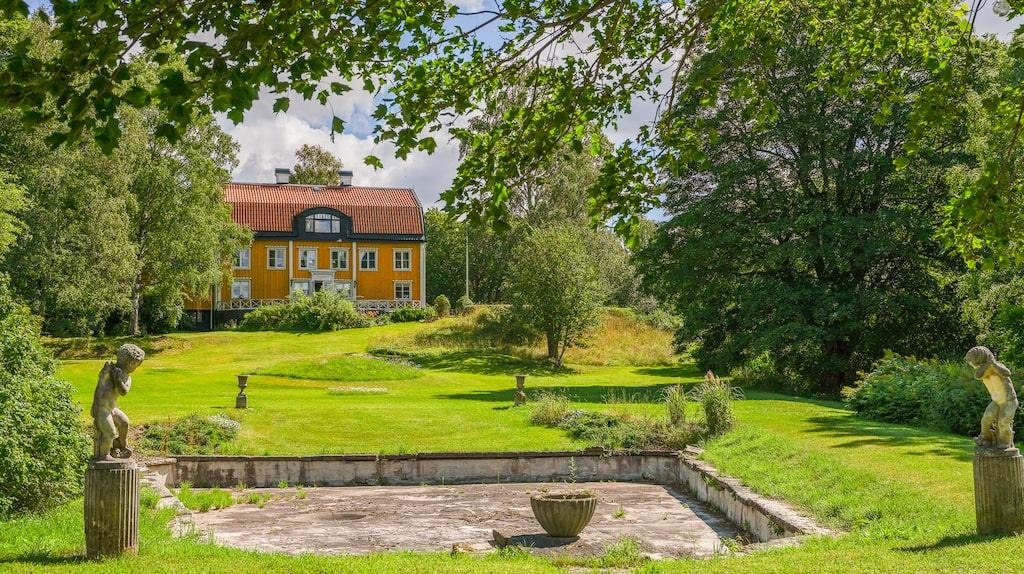 Just nu finns det en hel pampiga, vackra, flotta, lyxiga gårdar till salu på Hemnet. Vi har samlat några favoriter. Här är Älvsunda gård i Upplands Väsby.