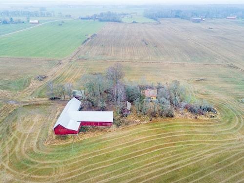 Öppna fält omringar den övergivna gården. Tomten som hör till är på närmare 7 000 kvadratmeter.
