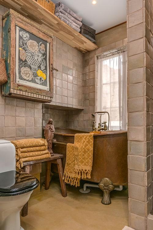 I badrummet finns både kopparbadkar och duschhörna med handgjort marockanskt kakel.