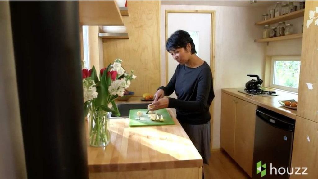 Vina Lustado är ägare till det lilla huset. Här står hon och förbereder mat i köket – som trots allt inte känns så litet.