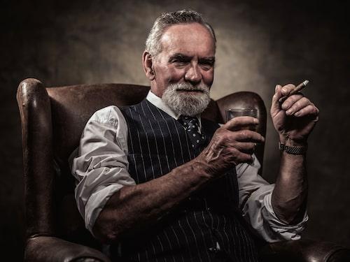 Den klassiska bilden av en whiskydrickare från den gamla eran.