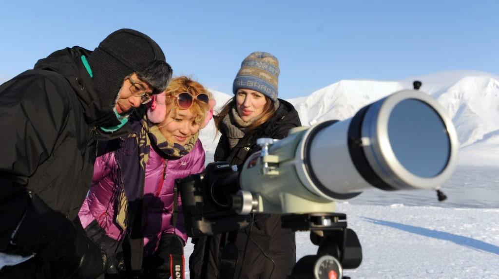 Svenskorna Yanjaa Altantuya och Lisa Lindgren är mållösa och gråtfärdiga efter att ha bevittnat solförmörkelsen. Den thailändske forskaren Saran Poshyachinda visar gärna upp resultatet av sina fotografier av händelsen.