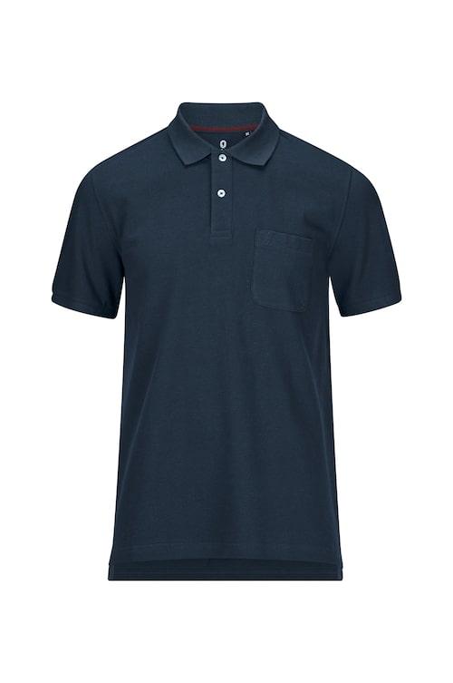 Den blå pikéskjortan som finns i flera färger och kostar 299 kronor.
