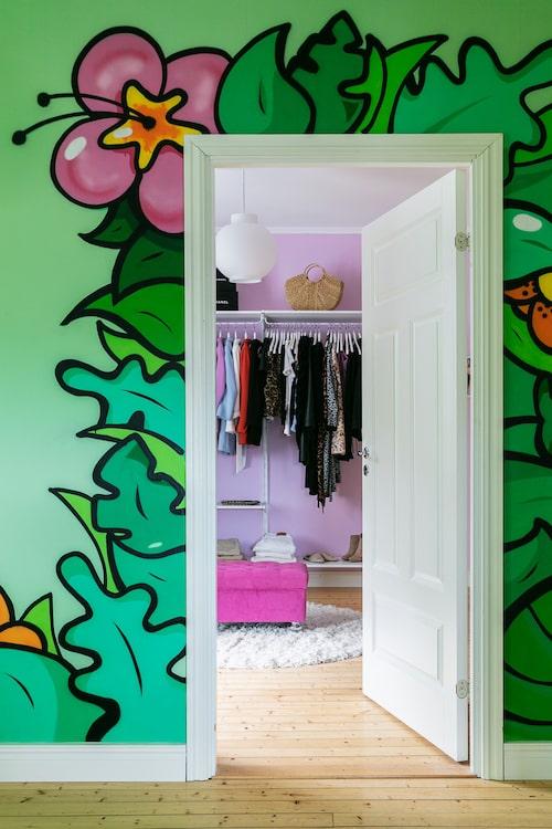Den gröna väggen har fått en graffiti-inspirerad blomsterslinga runt dörröppningen till Isabels walk in-closet. Den är målad av Christians son John Beijer, som också är konstnär och grafisk formgivare.