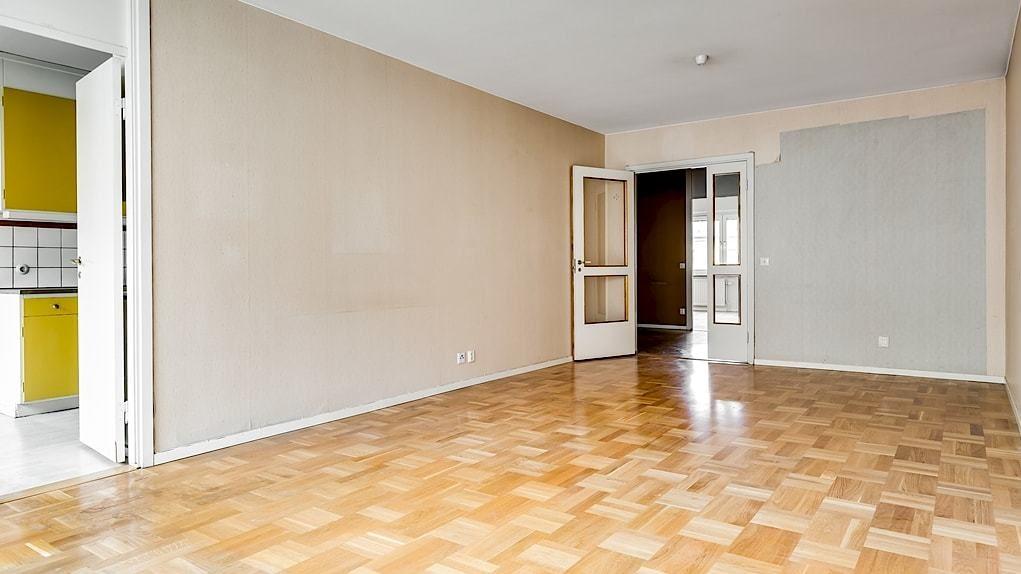 Vardagsrummet är optimalt placerat invid köket med dörr emellan och vidare nås det också via dubbeldörrar med glasparti från hallen.