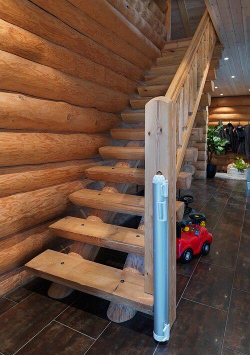 Om någon i familjen har problem att sova någon natt behöver de inte räkna får, utan lättare stockar… Timret genomsyrar huset både ute och inne. Även trappan är platsbygd av ett företag från Estland.