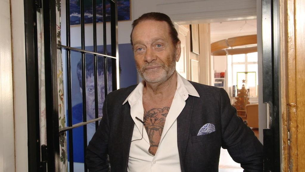 Följ med hem till Björn Ranelids, 67, unika sekelskiftesvåning på Södermalm.
