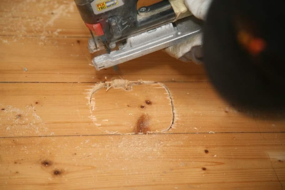 Såga hål i golvet<br>En murad spis är tung. För att se om fundamentet under golvet skulle orka bära en ny eldstad sågades ett hål upp.