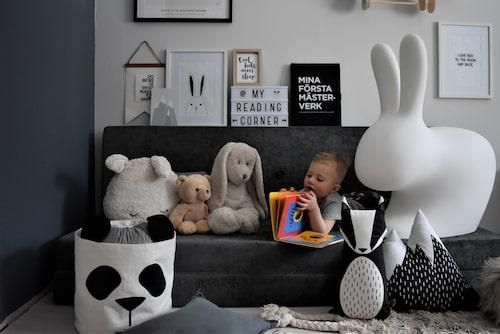 Fantasifulla kuddar fyller Alves rum. Kudde Berg och kudde Räv, Åhléns. Kaninkudde, H&M Home. Kaninlampa, Keeboo. Flygplanshylla, Up Warsaw.