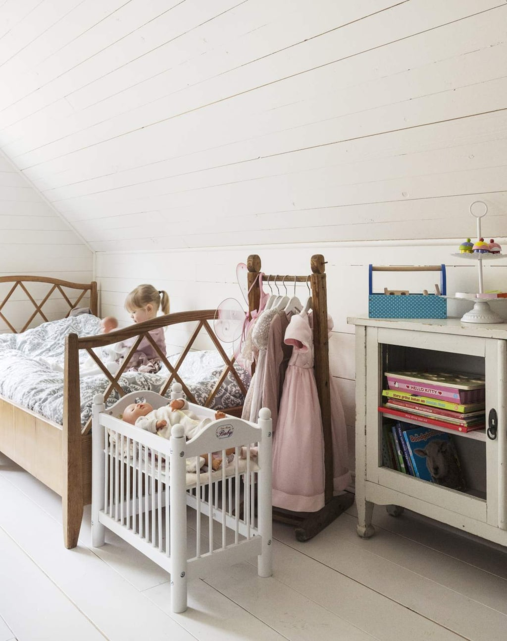 <p>En blandning av gamla och nya möbler passar bra i barnrum. Kolla in second hand-marknaden!</p>