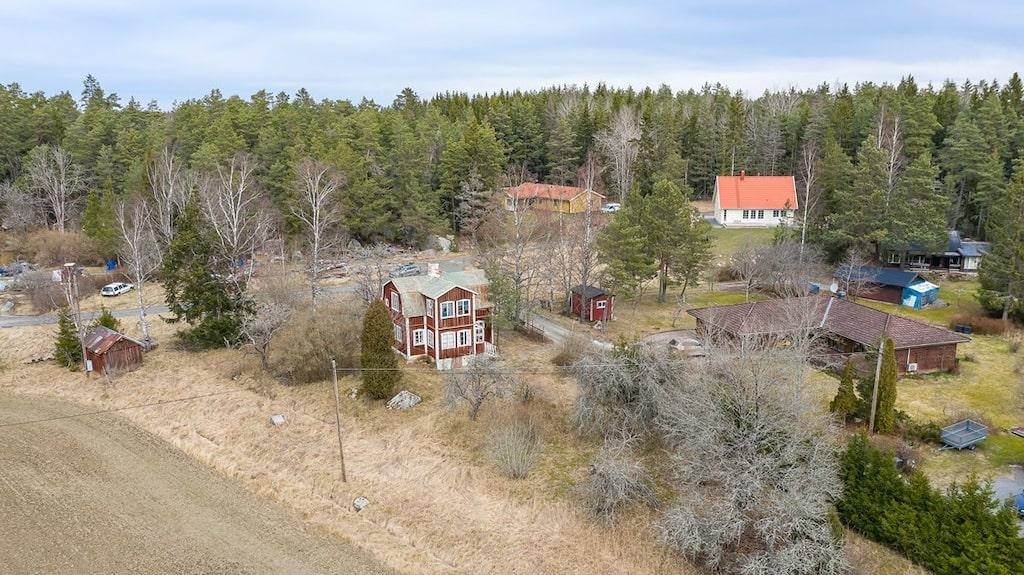 Till huset hör en trädgårdstomt på 1 837 kvadratmeter som består av både gräsytor och fina gamla träd.