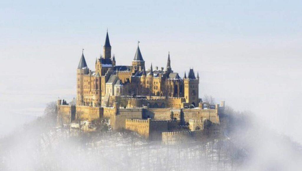 <p>Hohenzollern i tyska Alperna får ett sagolikt utseende när molnen hopar sig.<br></p>