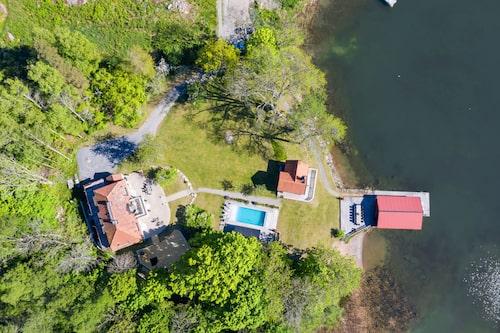 Vy över fastigheten som har både pool och privat sandstrand.