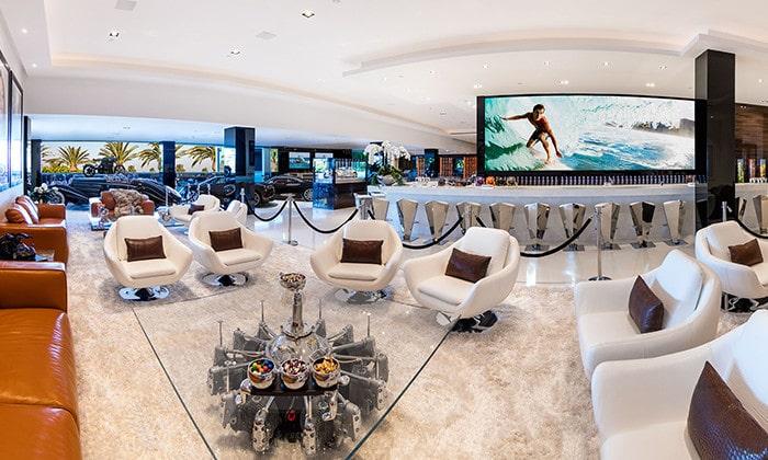 """""""Vardagsrummet"""" rymmer många gäster och en stor tv-skärm."""
