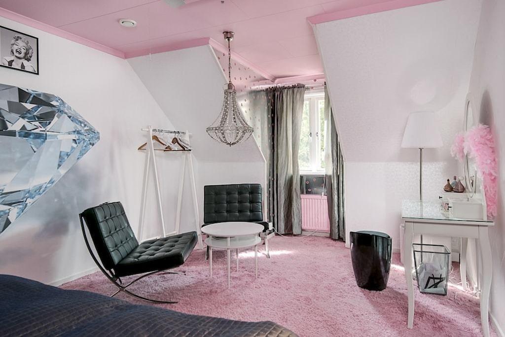 Marilyn Monroes gavelrum går helt i rosa och vitt.
