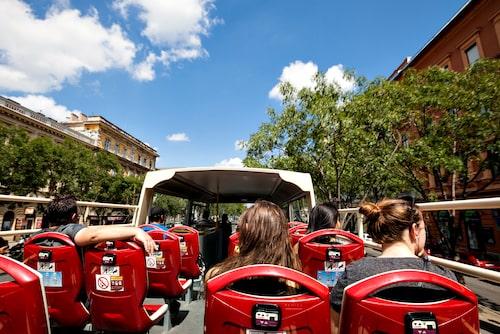 Sightseeingbuss är ett utmärkt sätt att se Budapest.